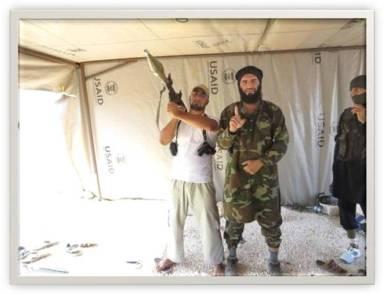 Un jefe mercenario (unido a Al Qaeda), en Siria, en una tienda de campaña generosamente cedida por USAID.