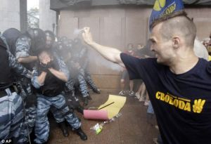 nationalist-pepper-sprays-police-kiev[1]